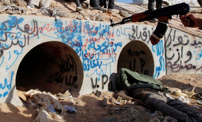 北韓16日發表聲明,對美國白宮國安顧問波頓所提去核「利比亞模式」極為反感。利比亞獨裁者格達費曾接受美國的條件,放棄核武計畫,但他最終在國內阿拉伯之春運動後垮台。圖為格達費最終藏身且喪生的地下道。(路透)