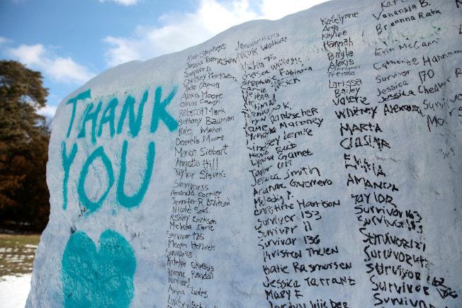 密州大校園內一塊大石上書寫了密密麻麻的性侵受害人名字,感謝她們勇敢出面指證。(路透)