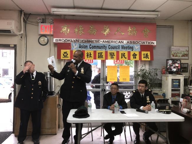 奧爾(左二)手持通緝令與陳韜(右一)提醒華裔民眾注意。(記者黃伊奕/攝影)