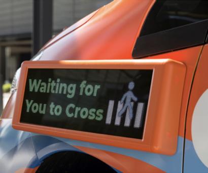 Drive.ai自駕車車外還放置提供訊息的面板,將自駕車狀態透過面板來讓其他人知道。(取自Drive.ai官網)