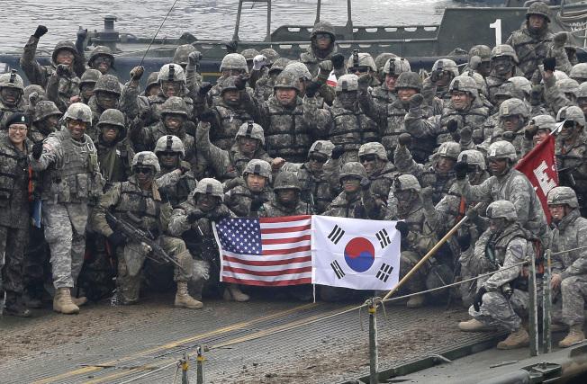 美國與南韓聯合軍事演習,圖為參與演習的美韓部隊共同架設浮橋。(美聯社)
