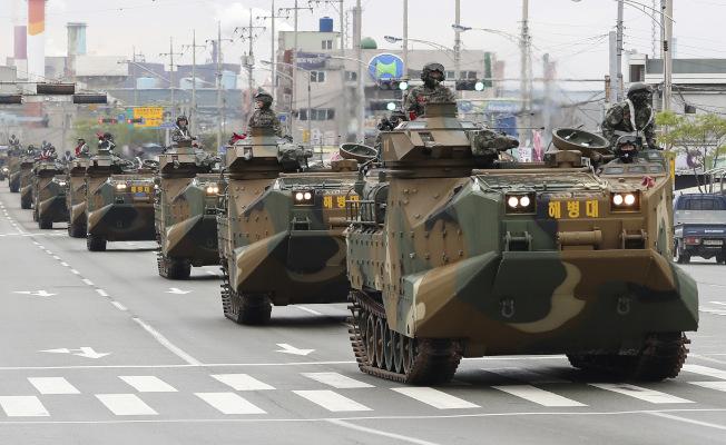 南韓的兩棲突擊車列隊通過浦項市區。(美聯社)