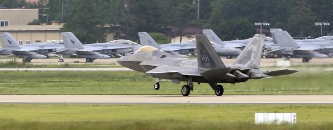 參加「超級雷霆」演習的美軍和南韓戰機,停在光州基地。(美聯社)