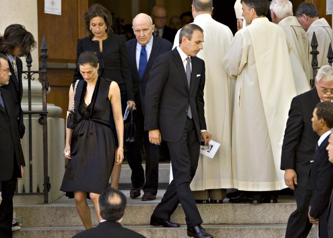 前NBC王牌主持人麥特勞爾(中右)與妻子安妮特洛克(中左)出席前奇異電氣執行長威爾許的喪禮。(美聯社)