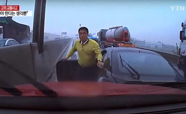 南韓一名男子在高速公路上見到有駕駛昏迷,趕緊上前救人。 圖擷自Youtube