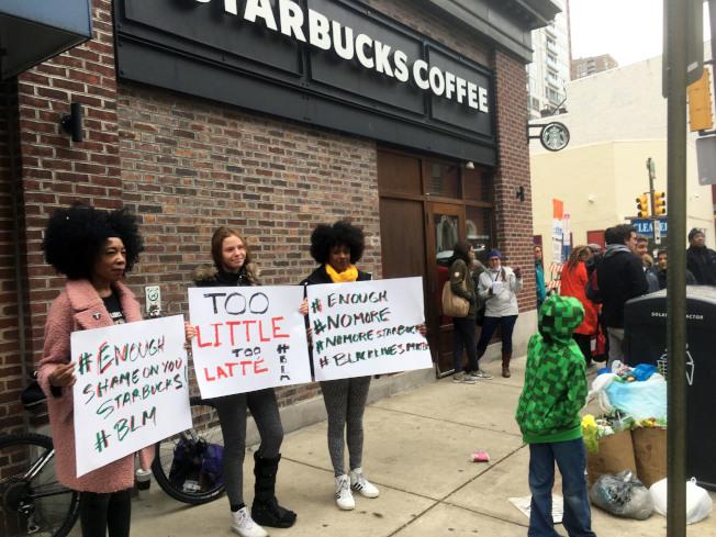 費城星巴克咖啡店召警逮捕兩名非裔事件引發抗議。(美聯社)