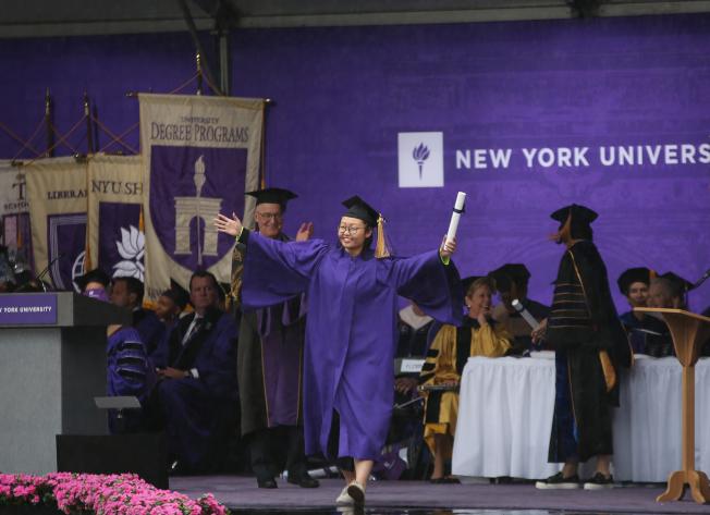 陳夢竹代表上海紐約大學2018屆234名畢業生,接過畢業證書。(記者洪群超/攝影)