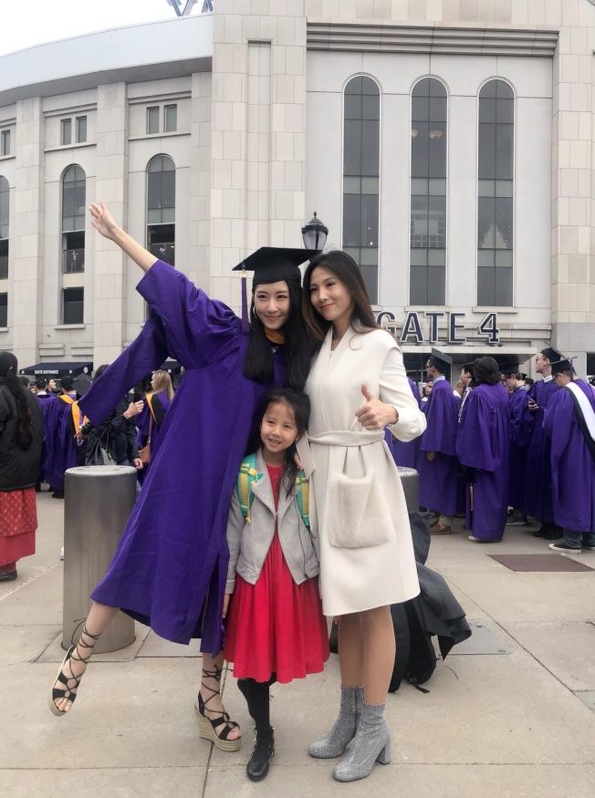 張文秋子(左)是抖音上粉絲百萬的「網紅」。(張文秋子提供)