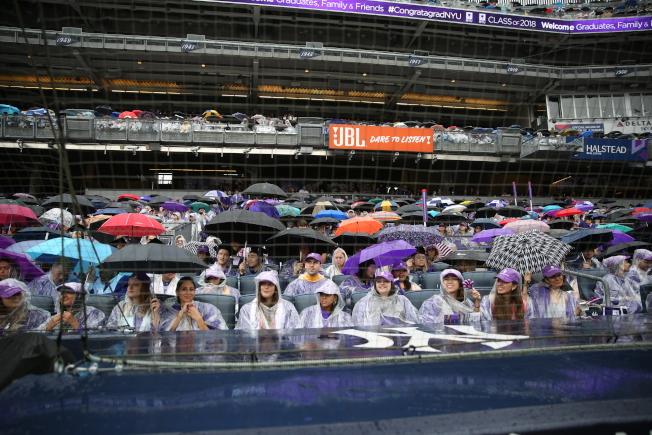 紐約大學畢業典禮冒雨舉行。(記者洪群超/攝影)