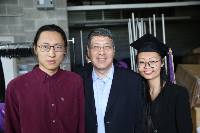 俞立中(中)帶陳夢竹(右)和蘇漢(左)參加紐約大學2018年畢業典禮。(記者洪群超/攝影)