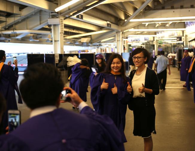 作為女性商業楷模的柳青大獲現場中國留學生歡迎,紛紛與其合影。(記者洪群超/攝影)
