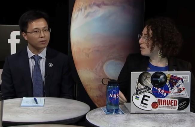 木星第二顆衛星─木衛二(Europa)冰層下是否潛藏巨大海洋,科學界一直眾說紛紜。密西根大學氣候與太空科學及工程系華裔副教授賈先哲(Xianzhe Jia)經重新分析伽利略號飛船(Galileo)測得的磁場和等離子體(plasma)數據,並與哈柏天文望遠鏡(Hubble Space Telescope)拍攝圖片比對,為木衛二確實存在液態水提出有力證據。研究報告刊登在最新一期「自然天文學」(Nature Astronomy)期刊,並獲得美國太空總署(NASA)高度重視。他表示,此報告將加速木衛二的研究進程,「最快七年,就能證明木衛二(Europa)是否適宜生物居住」。  圖為太空總署為對他的最新發現,作網路直播說明。(NASA直播截圖)    (圖與文:記者黃惠玲)