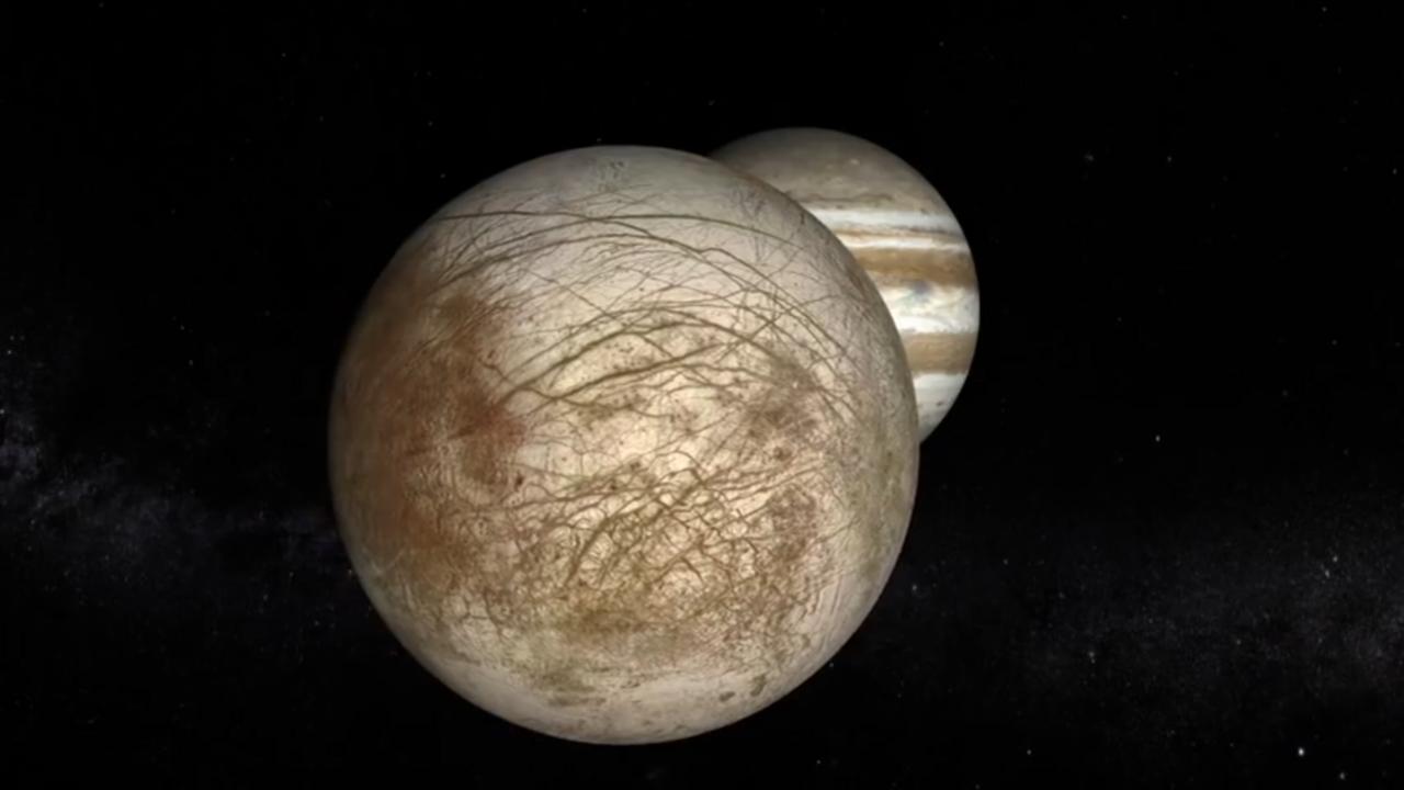 木星的第二顆衛星「木衛二」(Europa),可能潛在巨大海洋。(NASA直播截圖)