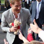哈利大婚前夕  散步見粉絲  收下絨毛玩具