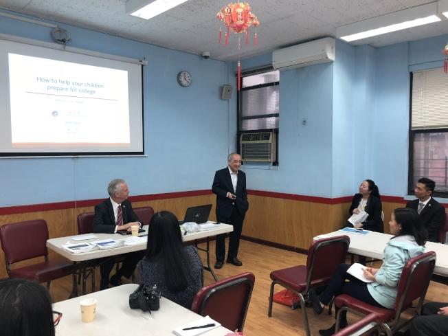 紐約華僑學校舉辦首次家長論壇,專家提醒家長盡早為孩子上大學及未來職業規畫做準備。講話者為鄭之傑。(記者陳小寧/攝影)
