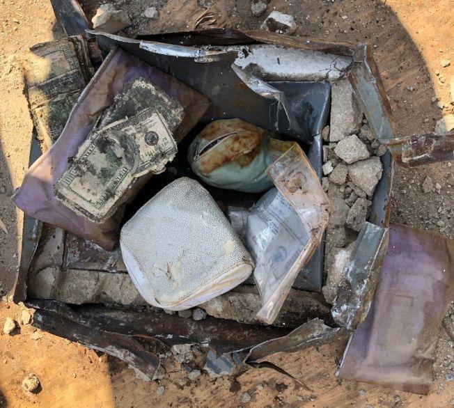 美國一對夫婦在自家後院挖到一個保險箱,內有鑲鑽石的黃金戒指和玉戒,以及百元美鈔。圖擷自silive.com