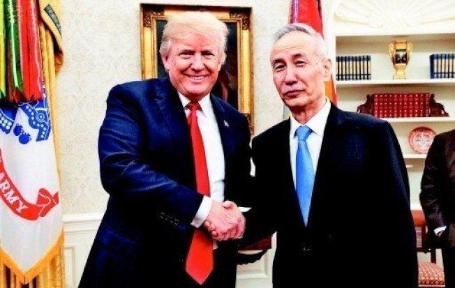 圖為美國總統川普(左)十七日接見中國副總理劉鶴。 圖/取自川普推特