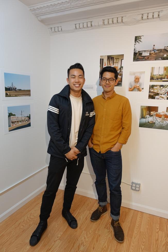 龔欣平(左)與韓曉碩拍攝密西西比三角洲華人。(記者金春香/攝影)