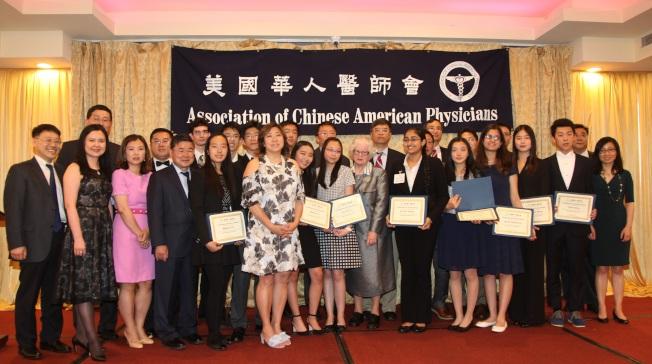 美國華人醫師會為第二屆青少年科技競賽獲獎學生頒獎,前排左四為顧雅明、左六孟昭文、後排左二為王元聰。(醫師會提供)