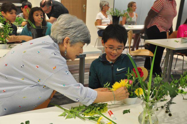 日國際花友會 教南卡童插花