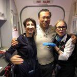身旁乘客沒心跳 華裔醫師「空中救命」