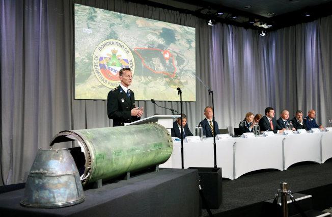 荷蘭國家警察犯罪小組負責人波利森24日站在一枚俄製飛彈旁,告訴記者,擊落馬航客機的飛彈確定發射自俄羅斯的部隊。(路透)