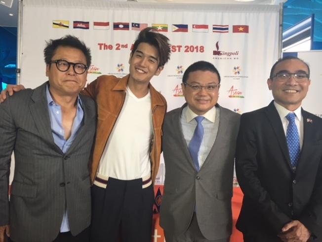 新加坡流行歌手向洋(左二)與誠保利集團總裁許堅(右二)和ASEAN洛杉磯人民協會創辦人Nellsen Young(右一)合影。左一是向洋經紀人沈永革。(記者楊青/攝影)