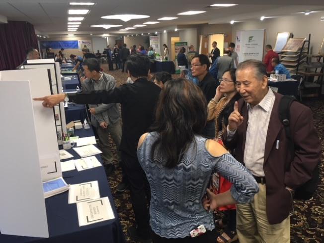 世界日報創業與加盟展,25日吸引不少有志創業和擴展企業版圖的民眾參與。(記者楊青/攝影)