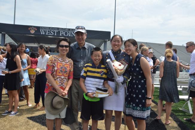 王謙愛(右二)和父母、弟弟和妹妹一起參加西點軍校畢業典禮。(記者牟蘭/攝影)