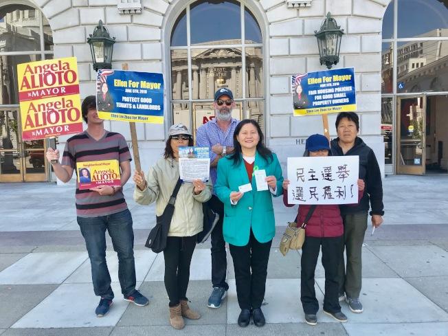 李愛晨(右三)及其競選團隊成員在論壇會場外抗議主辦方歧視。(記者黃少華╱攝影)