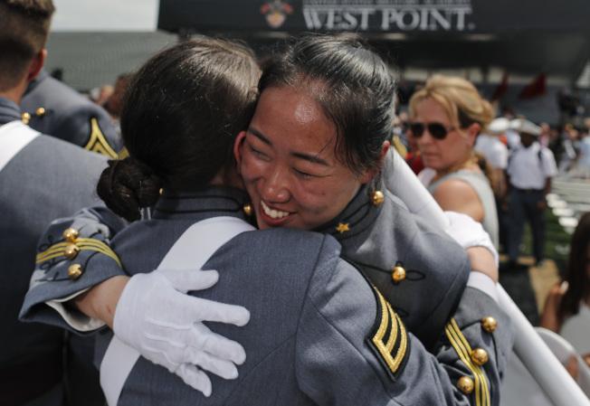 西點軍校女生互相擁抱,慶祝畢業。(美聯社)