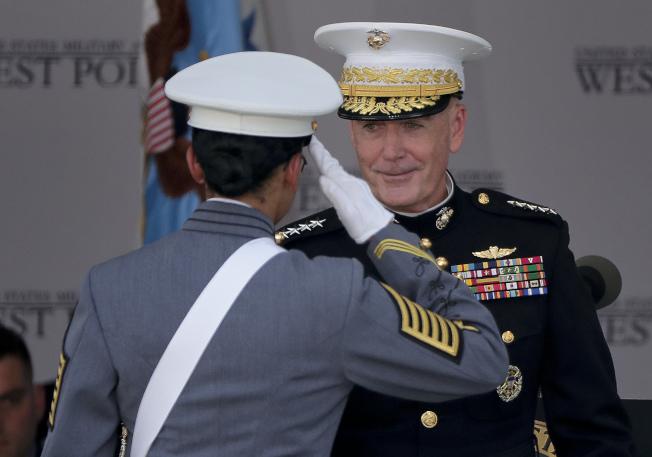 參謀首長聯席會議主席鄧福德主持西點軍校畢業典禮,並頒發畢業證書。(美聯社)