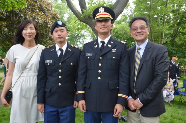 沈淑慧(左一)表示,兒子許紘齊(左三)成為西點軍校一員後,一家人成為了社區中的「座上賓」。(記者牟蘭/攝影)
