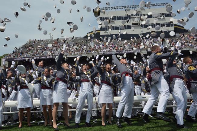 西點軍校結束後,畢業生相擁慶祝。(記者牟蘭/攝影)