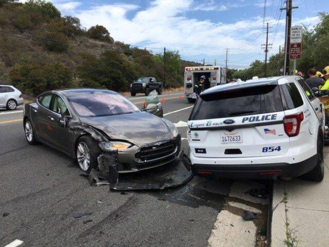 一輛使用自駕功能的特斯拉轎車,把一輛停在路邊的警車撞上人行道。(拉古納灘市警局提供)