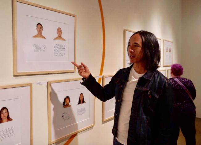 華裔混血攝影師陳小龍(右)介紹「混血亞裔計畫」照片。(記者陳開/攝影)