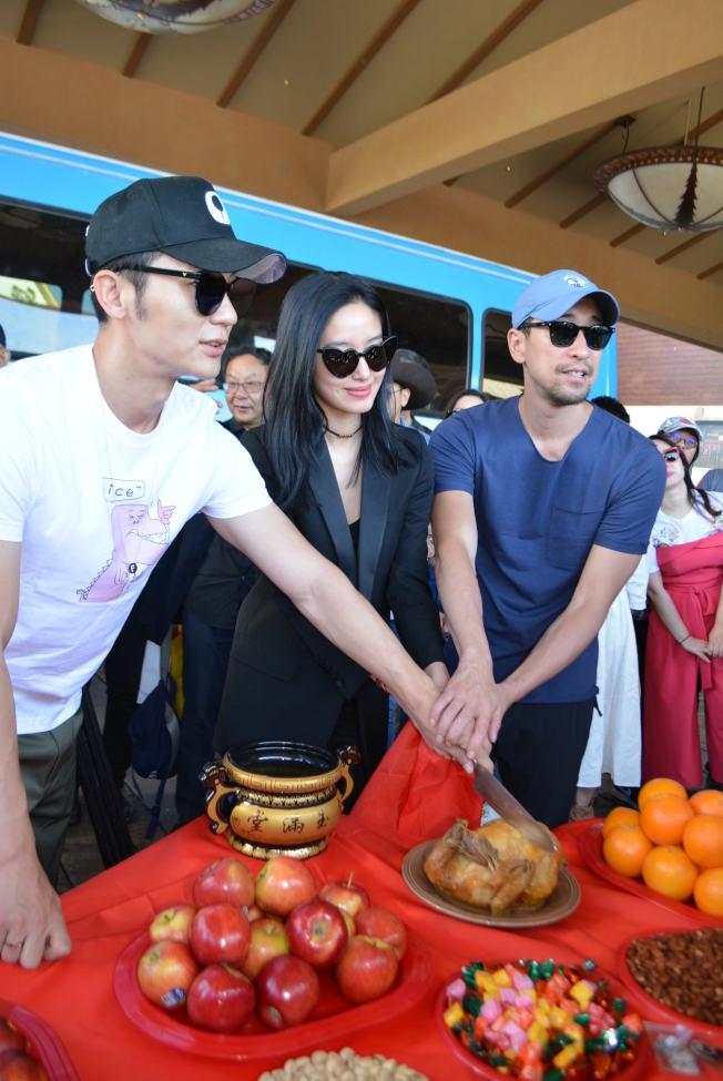 「七日生」主要演员左起李晨、杨采钰、王千源切烤火鸡象徵开机吉利。(记者冯鸣台/摄影)