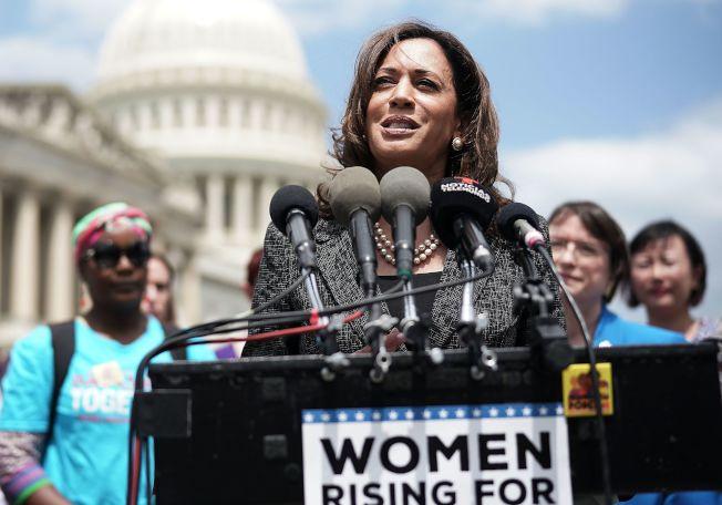聯邦參議員賀錦麗在國會前面為移民家庭請命。(Getty Images)