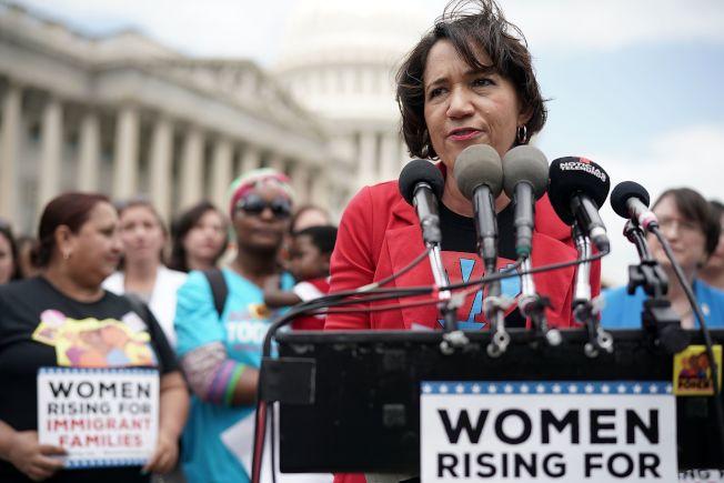 「天下母親」組織的副總裁諾頓為國會面前為移民家庭請命。(Getty Images)