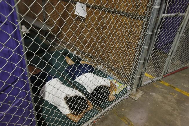 亞利桑納州的移民拘留中心把母親和兒童分別拘禁的資料照片。(美聯社)