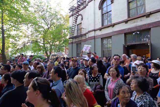 大學點大批居民抗議蓋酒店,擔憂變遊民收容所。(記者朱澤人/攝影)
