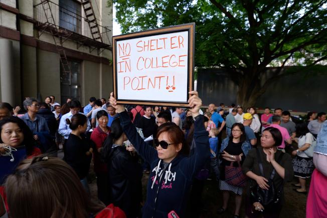 華人抗議大學點蓋酒店。(記者朱澤人/攝影)