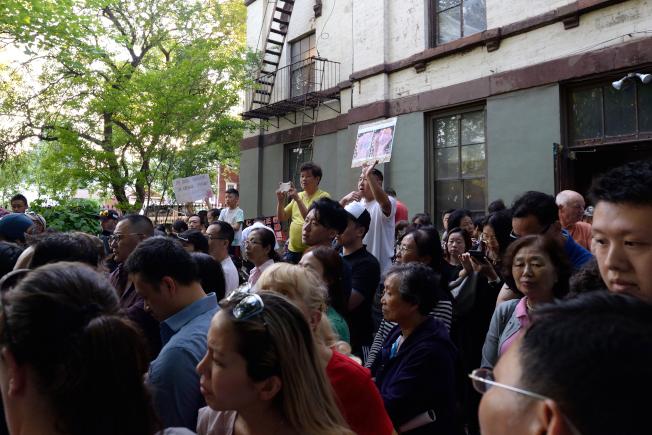 大批華人抗議大學點蓋酒店。(記者朱澤人/攝影)