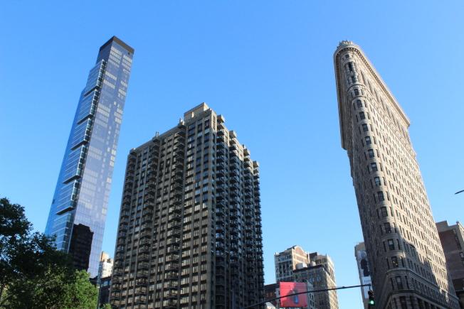 左邊的高樓為熨斗區地標性豪華共有公寓One Madison,右邊的為熨鬥大廈。(記者劉大琪/攝影)