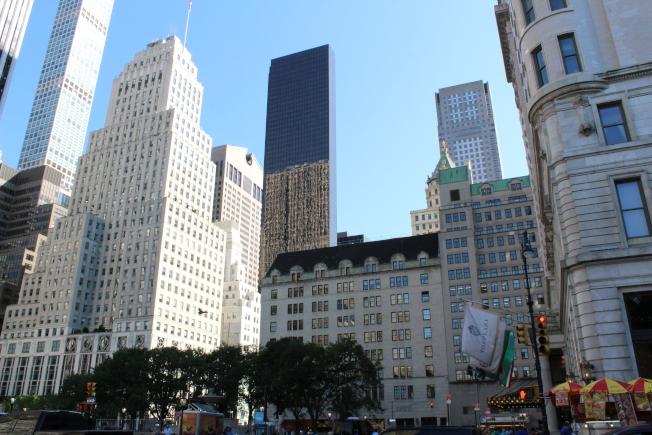 僅有三個街區長的曼哈頓「中央公園南」有眾多豪華公寓。(記者劉大琪/攝影)