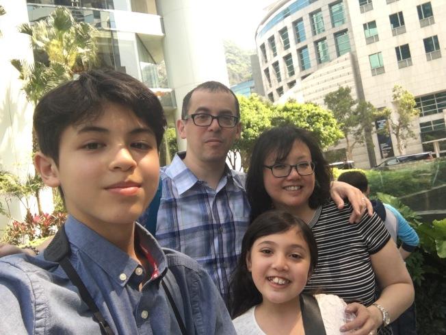 Josh Reisner(左一)和家人的香港之旅。(周愛詩提供)