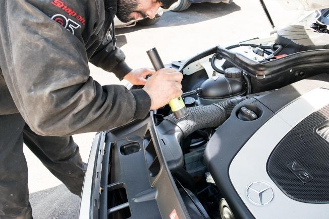 「懶人汽車」車檢師在檢修車輛。(龍亮提供)