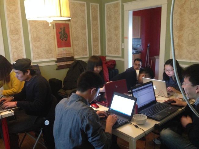 龍亮的團隊從最初擠在客廳辦公,發展到今天已能推出實體店。(龍亮提供)
