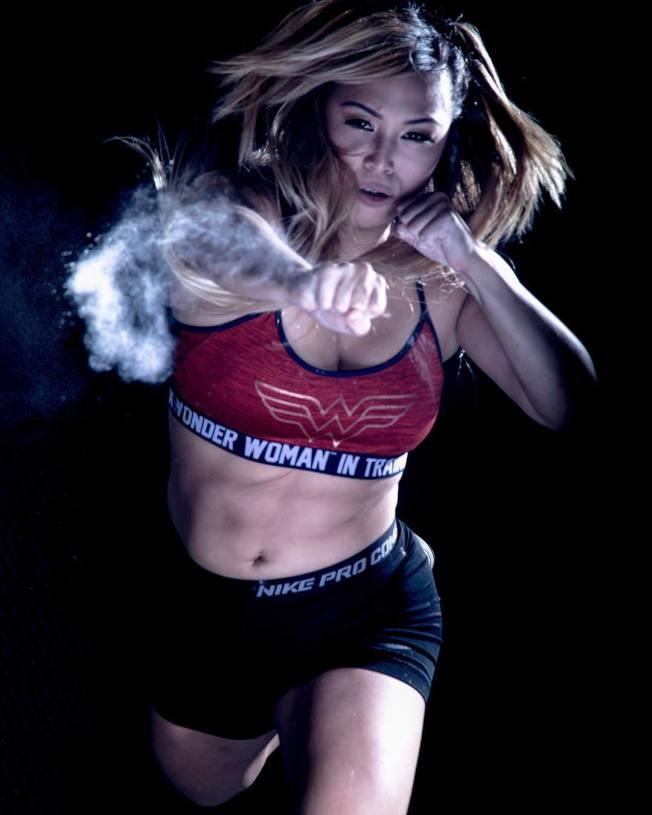 何奕萱成為第一位簽約WWE的美籍華裔女摔角手。(取自何奕萱Instagram)