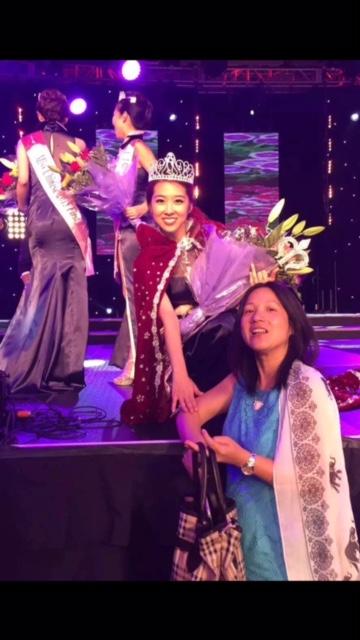 這張照片是女兒獲得2015年美國華裔小姐冠軍的照片。今年她給我的照片寫著:「我從小一直夢想著環遊世界。但今年我發現,我環遊世界的夢想裡最重要的是要有爸爸媽媽的陪伴。媽媽,你一定要更加健康快樂,等著我以後帶走遍天下!母親節快樂!」(網友Jenny提供)